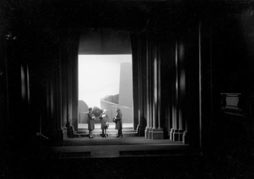 """Ο Τζαβαλάς Καρούσος, ο Νίκος Δενδραμής και ο Νικόλαος Ροζάν στο έργο του Αλέκου Λιδωρίκη """"Λόρδος Βύρων"""". Εθνικό Θέατρο, 1934, σκηνοθεσία Φώτος Πολίτης. Φωτογραφία του Τάσου Μελετόπουλου, αρχείο Τάσου Μελετόπουλου."""
