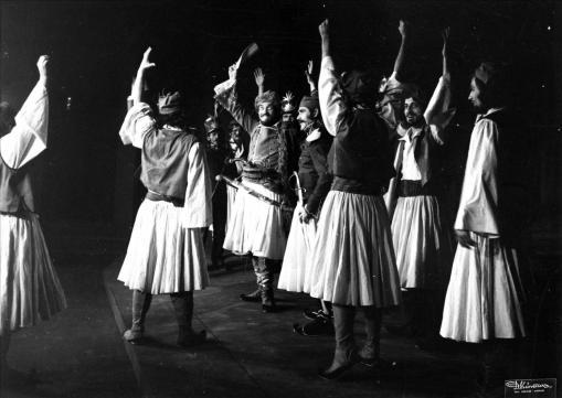 """Δημήτρη Φωτιάδη, """"Μακρυγιάννης"""". Ελεύθεροι Καλλιτέχνες, 1975, σκηνοθεσία Κλέαρχος Καραγιώργης. Φωτογραφία του Δ. Κώνστα, αρχείο Ασαντούρ Μπαχαριάν."""